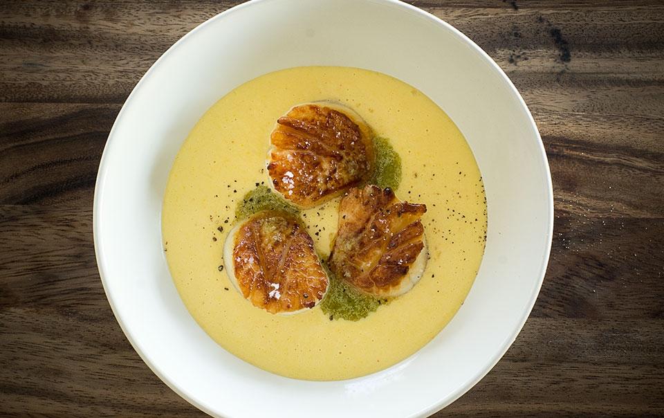 Pétoncles poêlés, crème de maïs, vinaigrette à la fleur d'ail