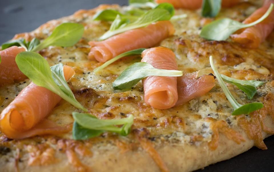 pizza au saumon fum ail confit et compote d 39 oignons odessa poissonnier. Black Bedroom Furniture Sets. Home Design Ideas