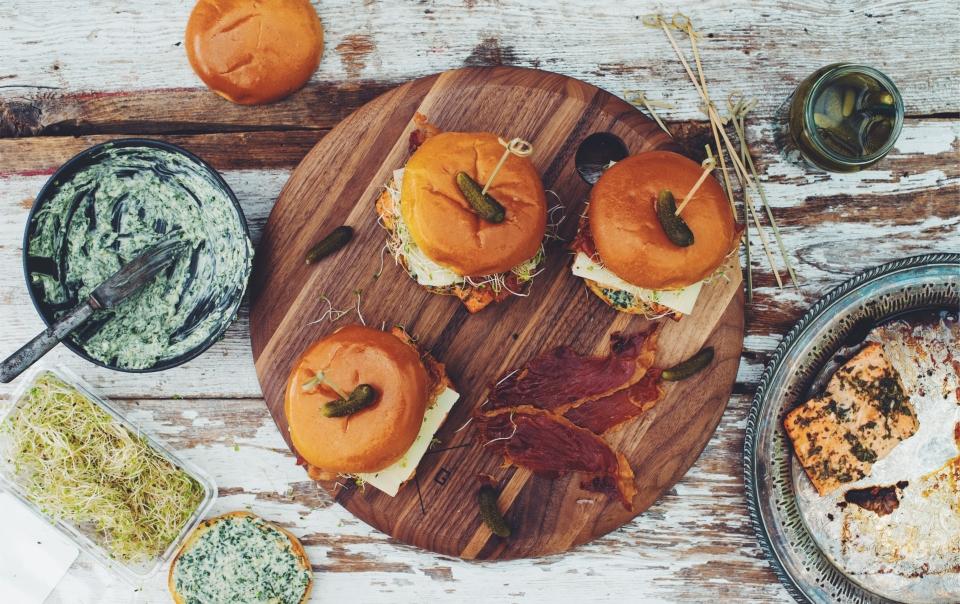 Burgers de saumon bio avec mayonnaise au basilic et chips de prosciutto