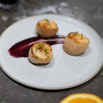 Seared scallops with red wine and orange sauce