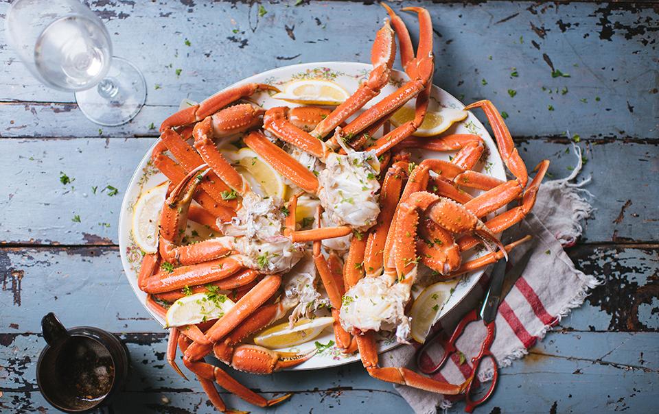 Crabe des neiges avec beurre à l'ail aux fines herbes